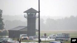 Ambulancias y policías se reúnen cerca de una torre de guardia del Centro Correccional de Smyrna Delaware.