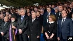 Президенты Франции Франсуа Олланд (крайний слева) и России Владимир Путин (третий слева). Ереван, Армения. 24 апреля 2015 г.