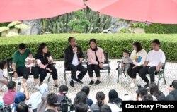 Presiden dan keluarga bincang-bincang santai dengan wartawan di salah satu sudut Istana Kepresidenan di Bogor, Sabtu (8/12). (Foto courtesy: Setpres RI)