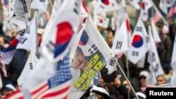អ្នកគាំទ្រអតីតប្រធានាធិបតីកូរ៉េខាងត្បូង Park Geun-hye ធ្វើបាតុកម្មនៅខាងមុខតុលាការបន្ទាប់ពីព្រះរាជអាជ្ញារនឹងស្នើដាក់ទណ្ឌកម្ម ប្រធានាធិបតីដែលត្រូវបានបណ្តេញចេញឲ្យជាប់ពន្ធនាគារ៣០ឆ្នាំនៅក្នុងទីក្រុងសេអ៊ូល ប្រទេសកូរ៉េខាងត្បូង កាលពីថ្ងៃទី២៧ កុម្ភៈ ២០១៨។