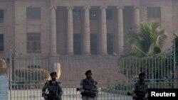 سندھ ہائی کورٹ کے باہر تعینات رینجرز (فائل فوٹو)