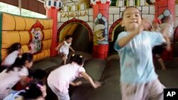Ảnh minh họa: Trẻ em chơi bên trong một tòa lâu đài bằng không khí tại Công viên Thống Nhất ở Hà Nội.