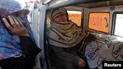 Rukhsana Bibi menangis di sisi jenazah anaknya, Madiha, seorang pekerja vaksinasi polio di Pakistan. Jenazah dibawa ke rumah sakit Jinnah di Karachi (18/12). Para pekerja vaksinasi polio menjadi sasaran serangkaian serangan di Pakistan, menewaskan sedikitnya lima orang.
