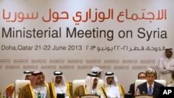 卡塔尔首相哈马德等高官在多哈会议上倾听美国国务卿克里讲话