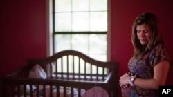 """Al anunciar su nueva política sobre los términos """"madre"""" y """"padre"""" en la Ley de Ciudadanía e Inmigración, ahora incluye a las gestantes que usan tecnología de reproducción asistida, sin importar si se trata de las progenitoras biológicas o sustitutas."""