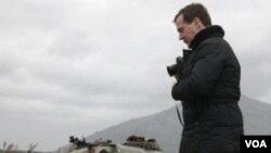 Dmitry Medvedev saat mengunjungi Kepulauan Kuril Selatan dua tahun lalu (foto: dok). Medvedev kembali berkunjung ke Kuril yang memicu protes dari Jepang.