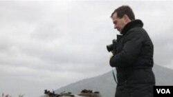 Presiden Rusia Dmitry Medvedev saat mengunjungi Kepulauan Kuril Selatan yang menjadi sengketa Rusia-Jepang, 2 November 2010.