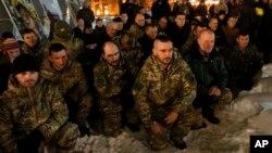 Бойцы отдают дань памяти погибших солдат вооруженных сил Украины. Киев (архивное фото)