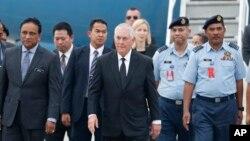 렉스 틸러슨 미국 국무장관(가운데)이 8일 동남아 순방의 마지막 일정으로 말레이시아 수방의 군기지를 방문했다.