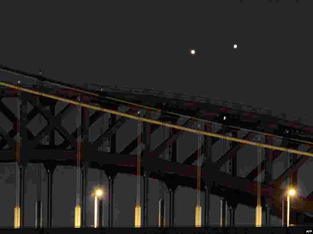 미국 뉴욕 새벽녂에 헬 게이트(뒤)와 로버트 F. 케네디 브리지(앞) 너머로 목성(오른쪽)과 금성(왼쪽)이 동시에 떠 있는 희귀한 광경이 연출되고 있다.