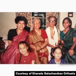 젊은 시절 카멀라 해리스 미국 부통령(뒷줄 왼쪽)과 인도계 조무보, 친척들.