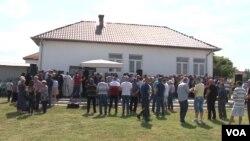 Parastos u Starom Gracku kod Lipljana povodom 20 godina od ubistva 14 žetelaca iz tog sela (Foto: VOA)