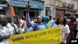 Des manifestants se rassemblent devant l'ambassade de Gambie au Sénégal, 30 août 2012.