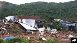 Hiện trường một vụ lở đất ở Nha Trang, Khánh Hòa, hôm 18/11, vì mưa to do Toraji, mà người Việt gọi là bão số 8, gây ra.