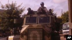 Polícia moçambicana patrulha as ruas de Nampula, após um raide contra a delegação da Renamo
