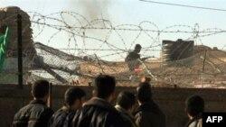 埃及卫兵在埃及一侧警戒与巴勒斯坦示威者对峙