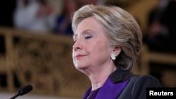 Cựu Ngoại trưởng Hillary Clinton tạm ngưng khi đang nói chuyện với các nhân viên và ủng hộ viên về kết quả của cuộc bầu cử Hoa Kỳ, ở New York, 9/11/2016.