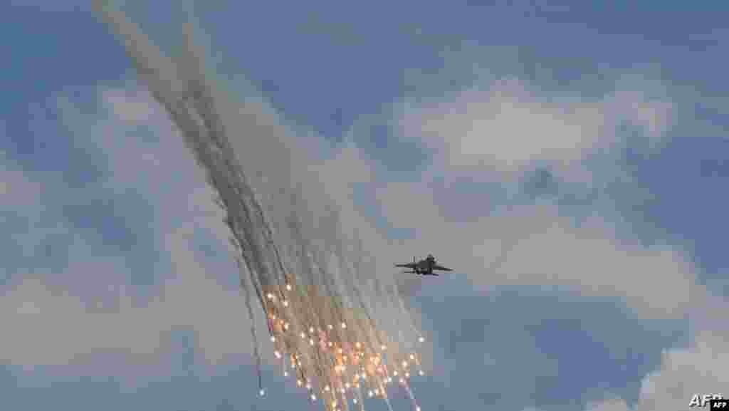 '싱가포르 에어쇼 2020'에서 싱가포르 공군 소속의 F-15SG가 시험 비행을 선보이고 있다.
