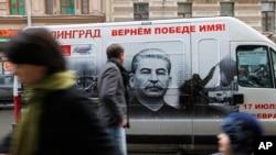 """Kendaraan bergambarkan diktator Soviet Josef Stalin dan tulisan """"Stalingrad mendapatkan lagi nama kejayaannya"""" di St. Petersburg, Rusia. (Foto: Dok)"""