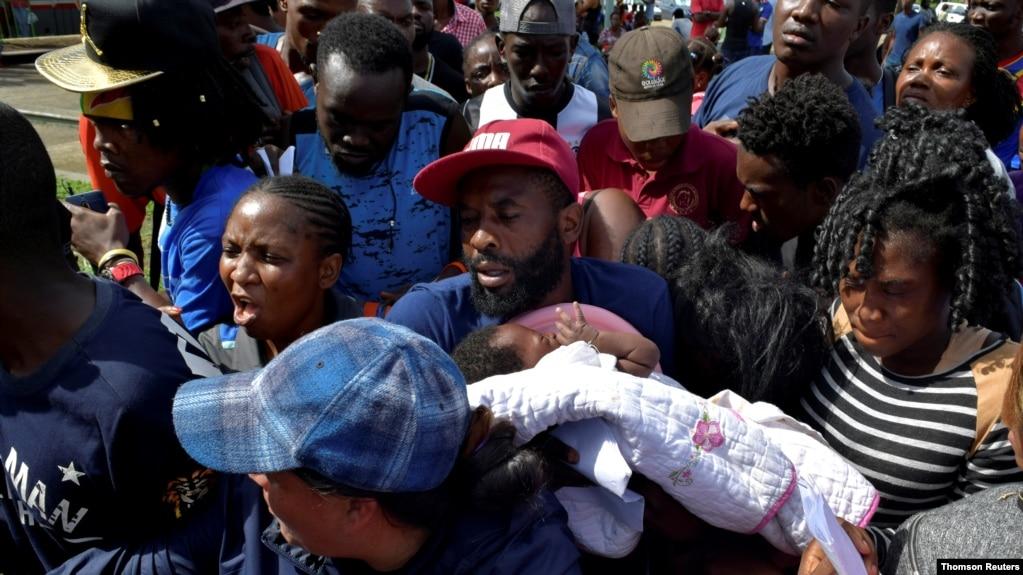 Một di dân từ Cameroon ẳm con tìm cách vào trung tâm tạm giữ di dân Siglo XXI xin visa nhân đạo của chính phủ Mexico để băng qua quốc gia này hướng tới Mỹ. Hình chụp tại Tapachula, Mexico, ngày 5/7/19.