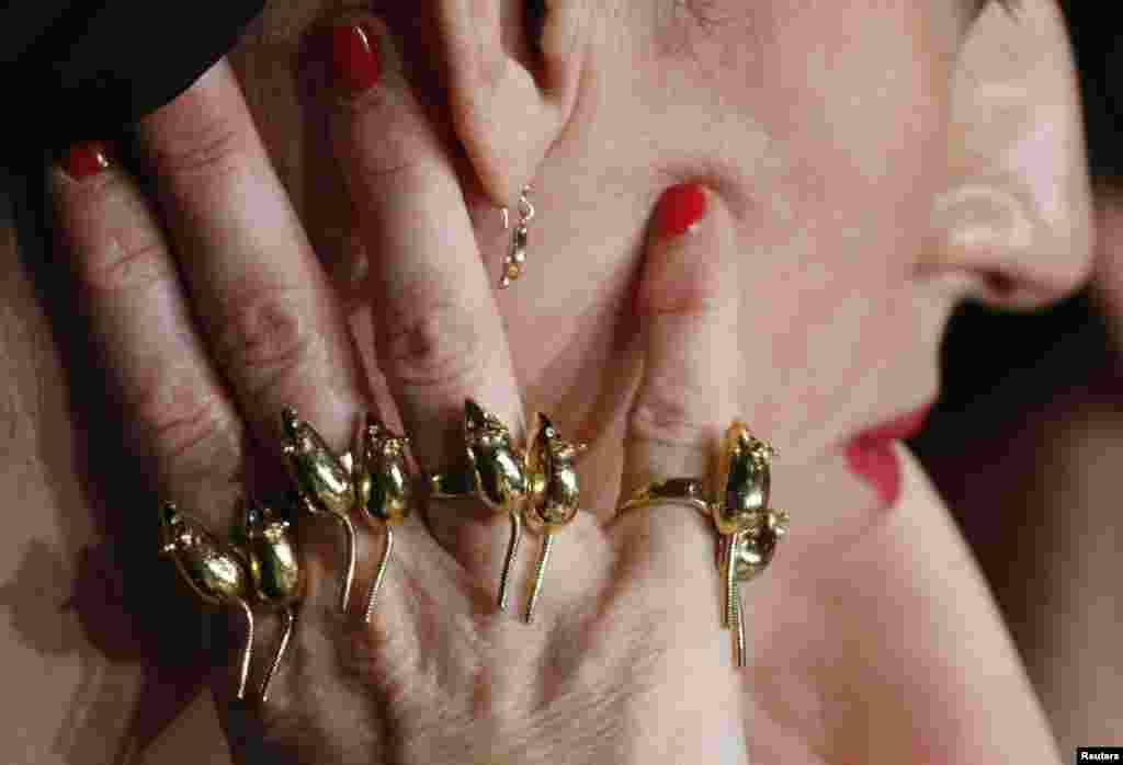 ចិញ្ចៀនដែលមាននៅលើដៃរបស់លោកស្រី Rossy De Palma មានការពេញនិយម នៅពេលដែលគាត់ចូលរួមក្នុងសន្និសីទកាសែតសម្រាប់ភាពយន្ត Julieta នៅក្នុងពិធីបុណ្យខ្សែភាពយន្ត Cannes Film Festival លើកទី៦៩ នៅក្នុងក្រុង Cannes ប្រទេសបារាំង។