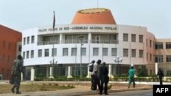 Wananchi wakitembea nje ya jengo la bunge nchini Guinea-Bissau, March 19,2012