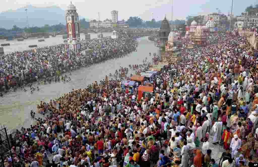 مراسم مذهبی آبتنی هندوها در ساحل رود گنگ در هندوستان.