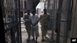 將關塔娜摩灣的在押人員送到美國受審被受爭議。