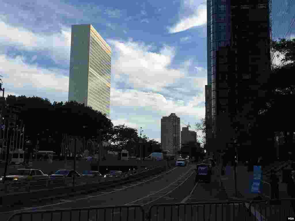 این روزها نزدیک شدن به ساختمان اصلی سازمان ملل متحد نیازمند مجوز ویژه ای است و مسیر افرادی که چنین مجوزهایی نظیر مجوزهای دیپلماتیک و یا رسانه ای ندارند تقریبا ممکن نیست.