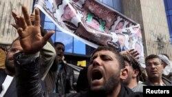 在埃及首都开罗,一名被绑架的埃及人质的家人参加示威。