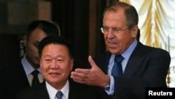 김정은 북한 국방위원회 제1위원장의 특사 자격으로 지난해 11월 러시아를 방문한 최룡해 노동당 비서(왼쪽)가 모스크바에서 세르게이 라브로프 러시아 외무장관의 안내를 받고 있다.