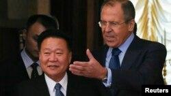 김정은 북한 국방위원회 제1위원장의 특사 자격으로 러시아를 방문한 최룡해 노동당 비서(왼쪽)가 20일 모스크바에서 세르게이 라브로프 러시아 외무장관과 회담했다.