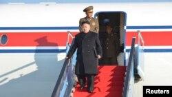 북한 노동신문은 지난 1일 김정은 국방위원회 제1위원장이 비행기를 타고 지방을 방문한 모습을 공개했다.