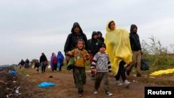 Migrantes caminan a lo largo de un camino de tierra cerca de Roszke, Hungría, en su marcha hacia Europa Occidental.
