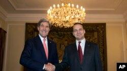 Menlu AS John Kerry (kiri) bersama Menlu Polandia Radoslaw Sikorski di Warsawa (5/11).