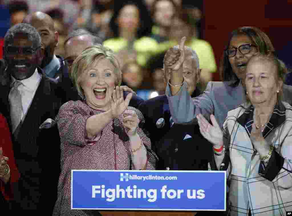 هیلاری کلینتون بعد از پیروزی در انتخاباتی مقدماتی نیویورک در جمع هوادارانش.