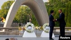 Tổng thống Obama an ủi Thủ tướng Nhật Bản Shinzo Abe sau khi đặt vòng hoa tại đài tưởng niệm nằm trong Công viên Hòa Bình tại Hiroshima, Nhật Bản, ngày 27 tháng 5 năm 2016.