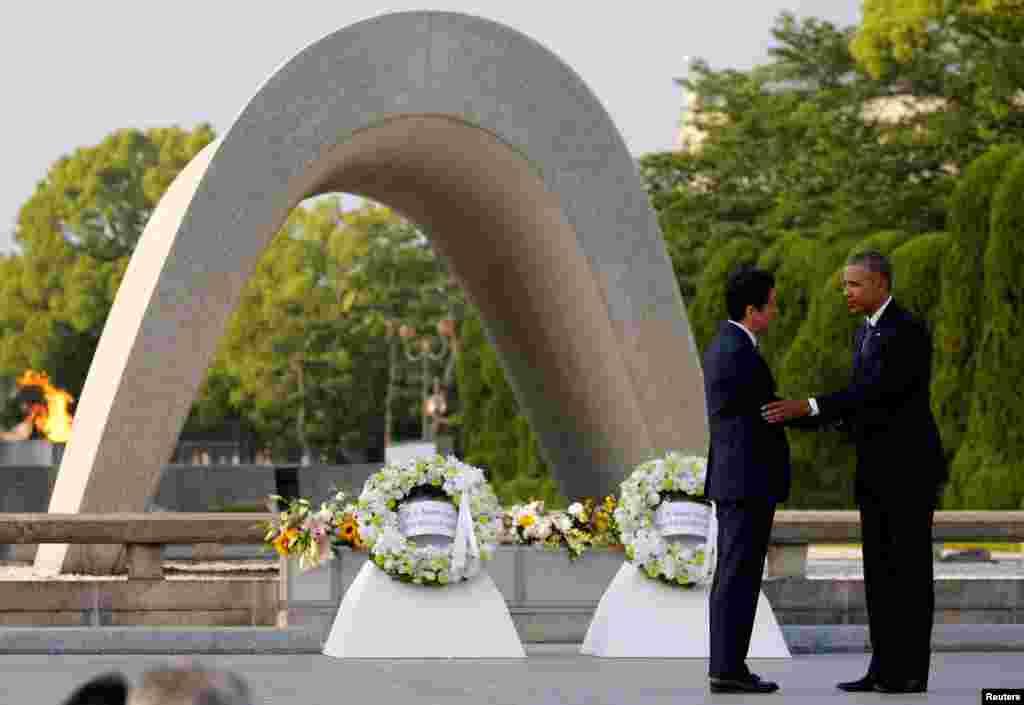 صدر اوباما اور جاپان کے وزیراعظم شنزو ایبے نے ہیروشیما میں یادگار پر پھول چڑھائے۔