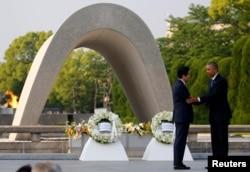 2016年5月27日广岛和平纪念公园: 美国总统奥巴马(右)和日本首相安倍晋三敬献花圈