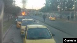 Una de las motos de la policía resultó totalmente quemada por la explosión de la bomba. [Foto cortesía de CableNoticias].