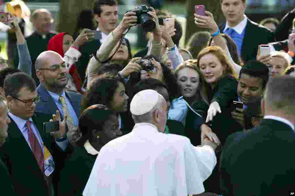 Papa Franja pozdravlja katolike ispred diplomatske misije Vatikana u Vašingtonu. 23. septembar, 2015.