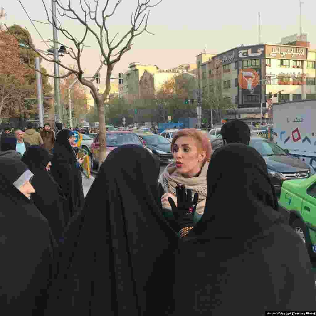 اعتراض به حجاب تهران - صفحه کمپین چهارشنبههای سفید در شرح این عکس نوشت:حتی وقتی دورم جمع میشن و با لحن تند بازخواستم میکنند ؛ کاملا مسالمت امیز از حق ازادیِ حجابِ سلب شده ام دفاع میکنم.