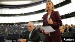 Kepala kebijakan Luar Negeri Uni Eropa Federica Mogherini berbicara di depan anggota parlemen Eropa di Strasbourg, Perancis (foto: dok).
