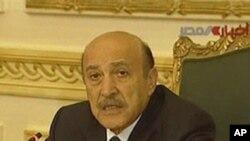 Une image de la télévision d'Etat égyptienne : le vice-président Suleiman durant sa réunion, dimanche, avec les groupes d'opposition.