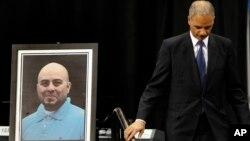 El fiscal general, Eric Holder, durante el funeral del agente de la TSA, Gerardo Hernández.