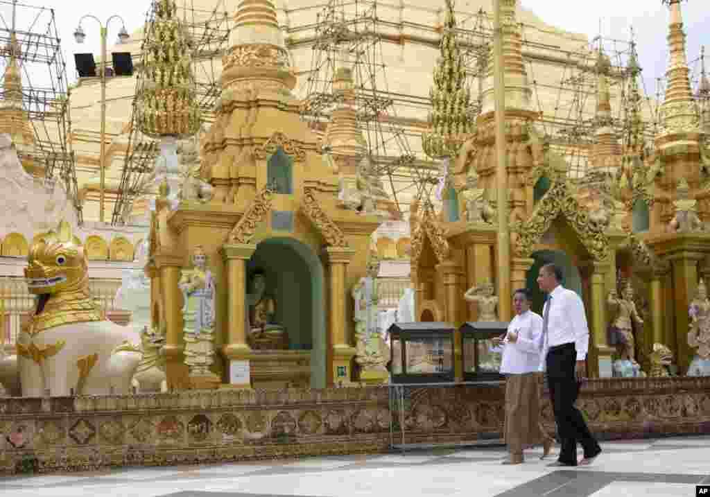 US President Barack Obama, right, tours the Shwedagon Pagoda in Rangoon, Burma, November 19, 2012.