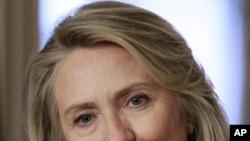 Ngoại trưởng Hoa Kỳ Hillary Clinton đang nghe các câu hỏi trong cuộc họp báo tại Bộ Ngoại giao Hoa Kỳ hôm 30/4/12
