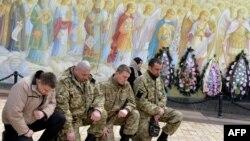 Sahabat-sahabat yang berduka cita memberikan penghormatan terakhir pada tentara Ukraina, Igor Branovitsky, 38, yang tewas dalam pertempuran di Ukraina Timur, di Kyiv (3/4). (AFP/Genya Savilov)