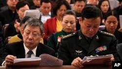 2019年3月5日人大代表们阅读中国总理李克强工作报告