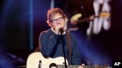 """Ed Sheeran biểu diễn trên sân khấu của chương trình """"Che Tempo che Fa"""" của đài truyền hình Ý RAI TV ở Milan, Italy, hôm 12/3."""